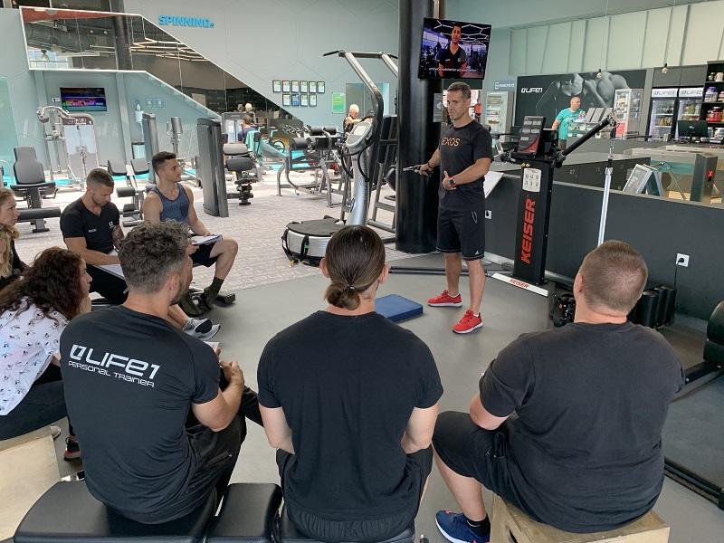 Kasper István a Life 1 Fitness edzőinek tart oktatást a Keiserről