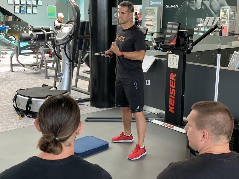 Kasper István a Pure Sports képviseletében oktatást tart a Life 1 Fitness edzőinek